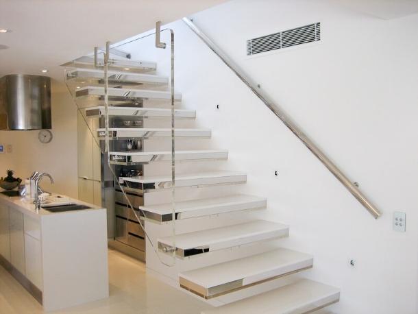 консольная лестница со стеклянными ступенями