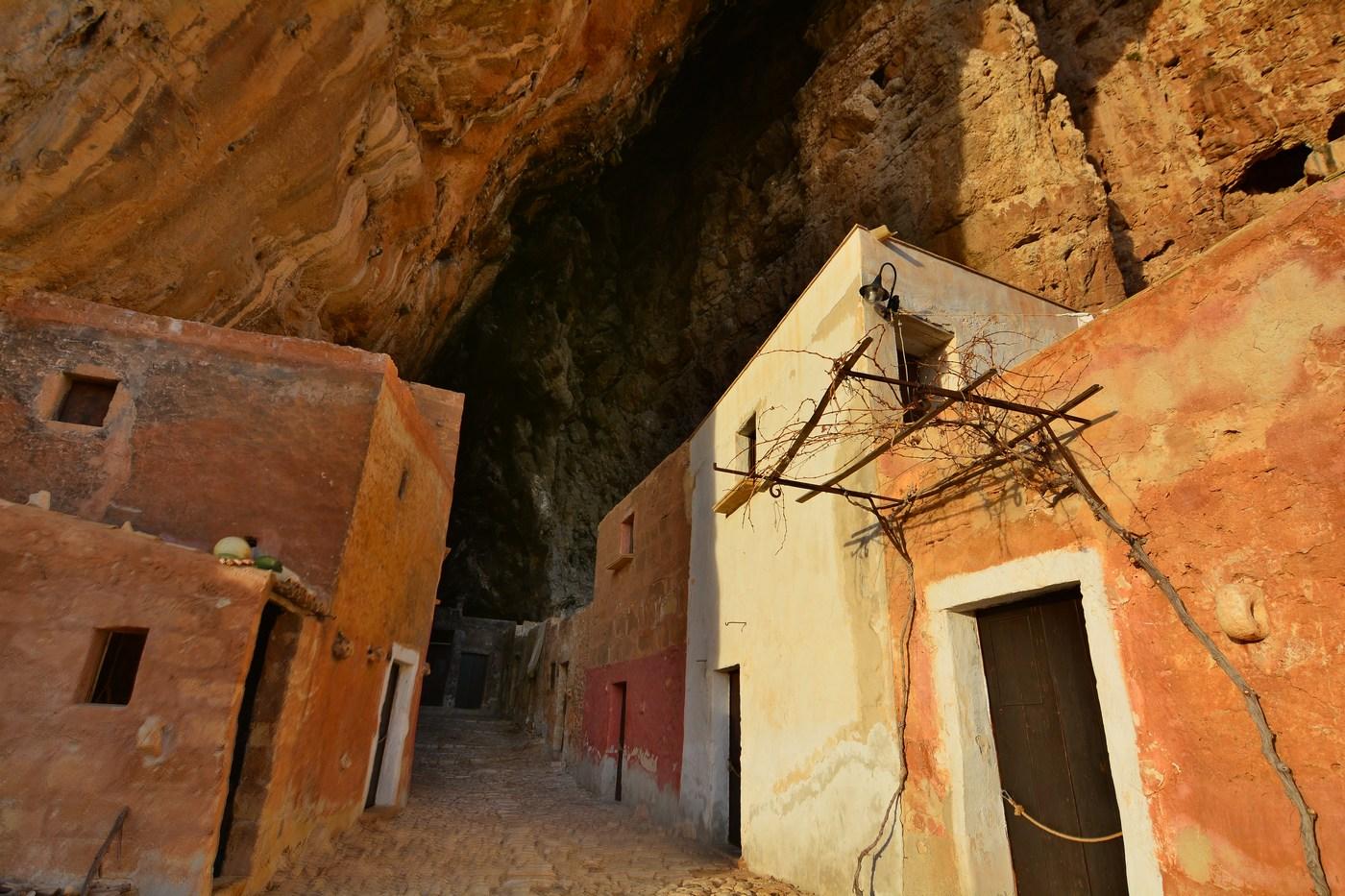 L'unique ruelle du village s'enfonce dans la large entaille. Le site est connu depuis des dizaines de milliers d'années.