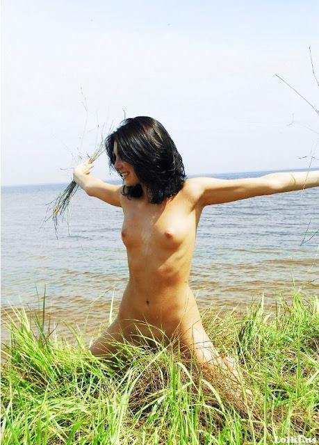 Эротика на www.eroticaxxx.ru Голая брюнетка в траве у озера (18+ эротические фотографии)