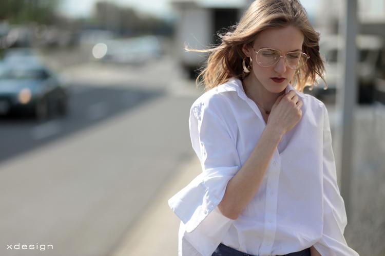 biała koszula z szerokim mankietem i obcięte jeansy