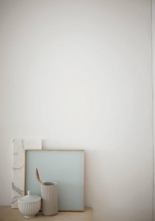Dose und Vase von dänischen Label Lyngby stehen vor einer Marmorplatte