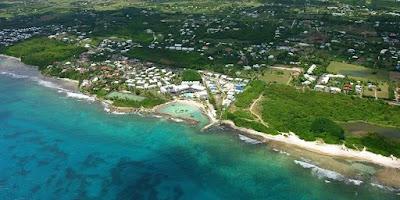 Vue aérienne de la ville de Saint-François  en Guadeloupe avec la plage