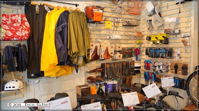 autre plan de l'espace vente vélos et accessoires