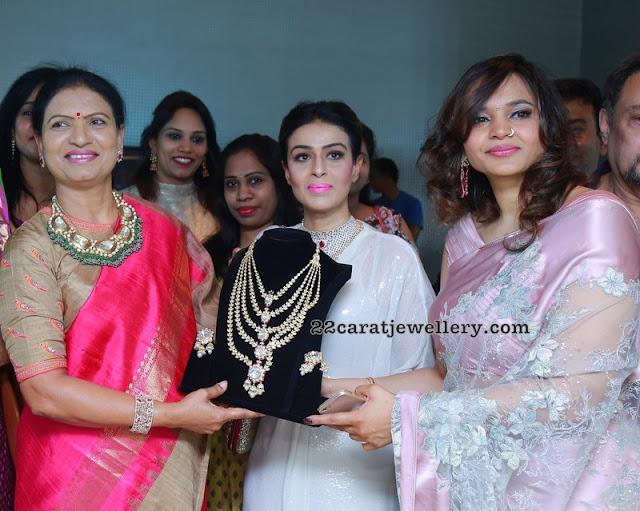 DK Aruna Showcasing Kundan Set