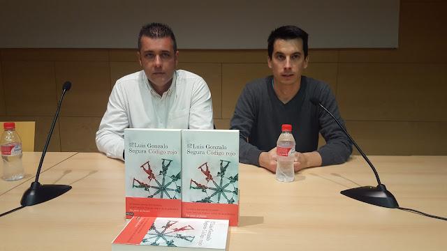 El concejal de ISP Diego Gallardo junto al autor del libro