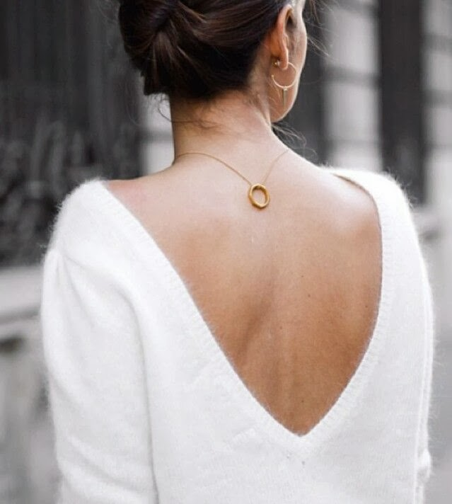 Pormenores que fazem diferença: Camisola com decote e colar nas costas