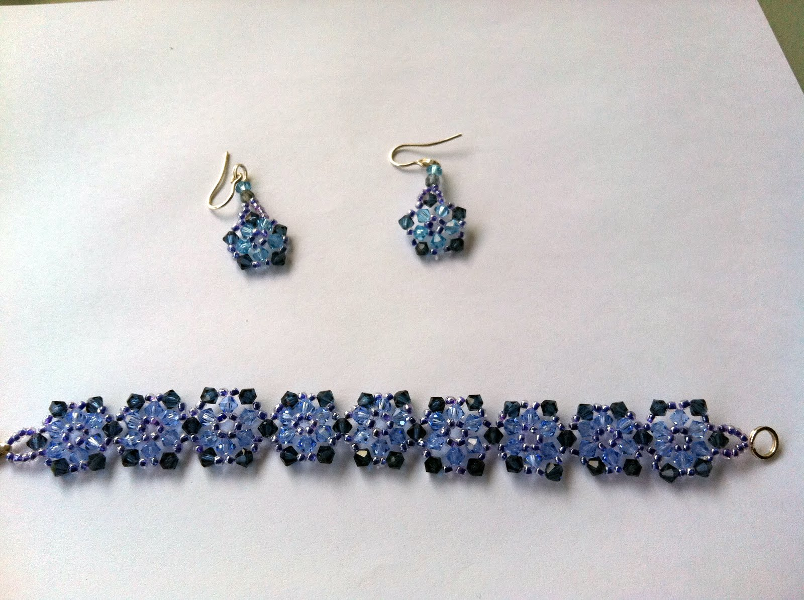1008fa544499 Conjunto de pendientes y pulsera en tupis azules de Swarovski