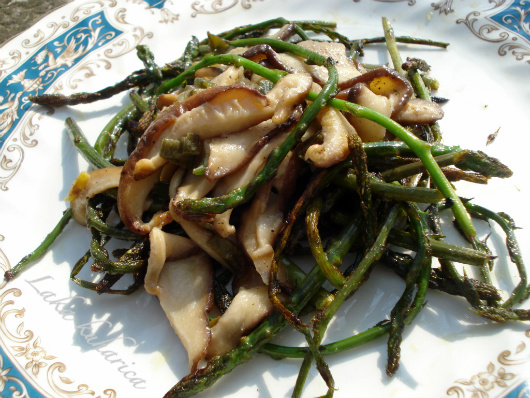 Wild asparagus with Shiitake mushrooms by Laka kuharica: very light hors d'oeuvre or evening meal full of spring flavors.