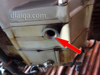 bersihkan area sekitar lubang baut penguras oli mesin