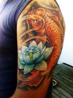 pez koi tatuaje en el brazo a color