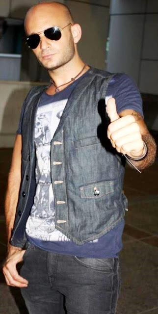 Foto de Hany Kauam saludando a su estilo