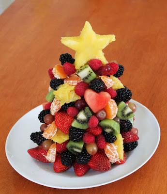 arvores de natal feita com varias frutas