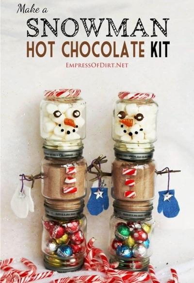 Perlu 6 buah toples untuk membentuk 2 snowmen penuh dengan permen coklat