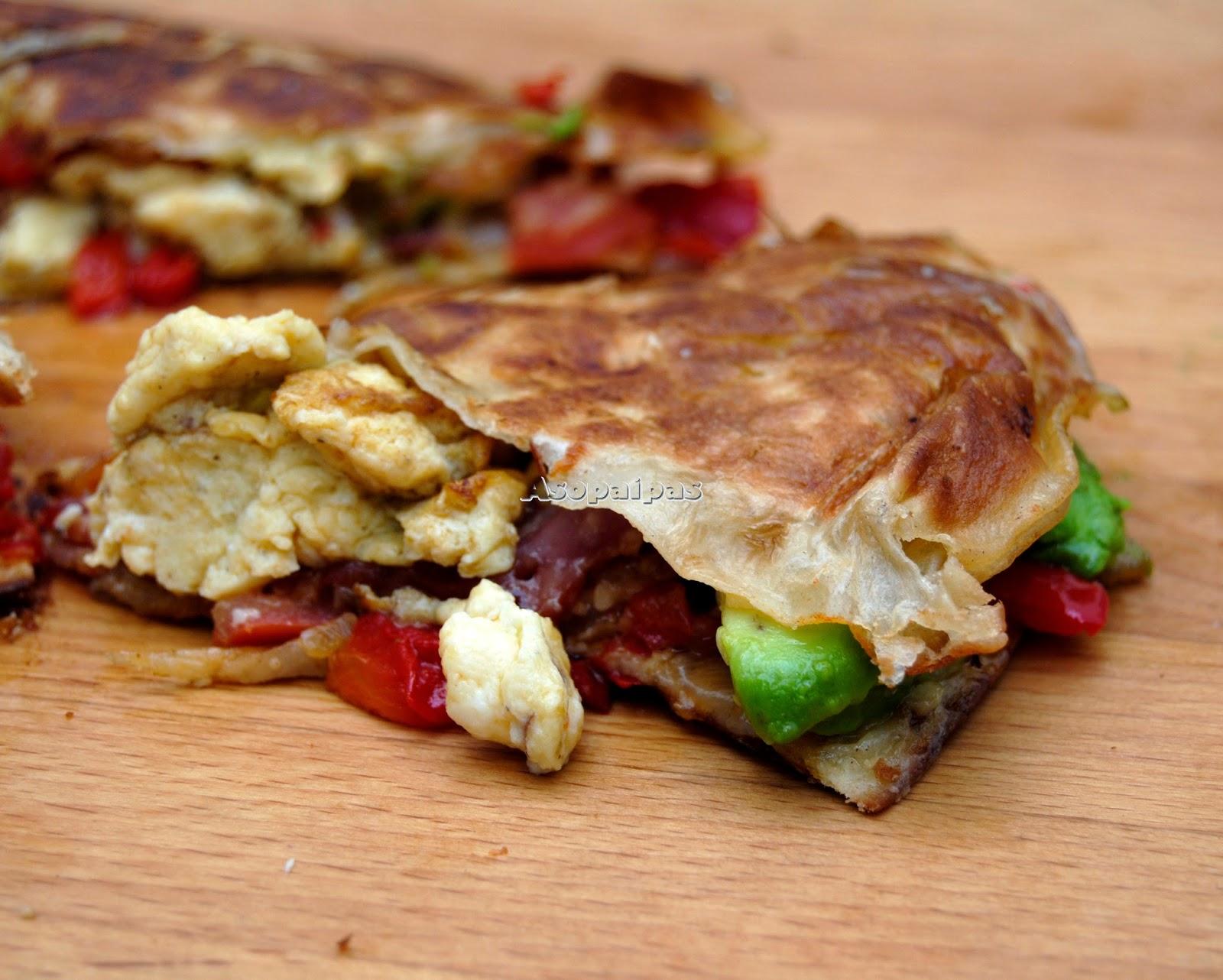 Quesadillas de Aguacate, Bacon y Huevos Revueltos