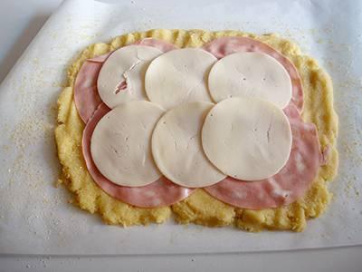 Disporre le fettine di formaggio