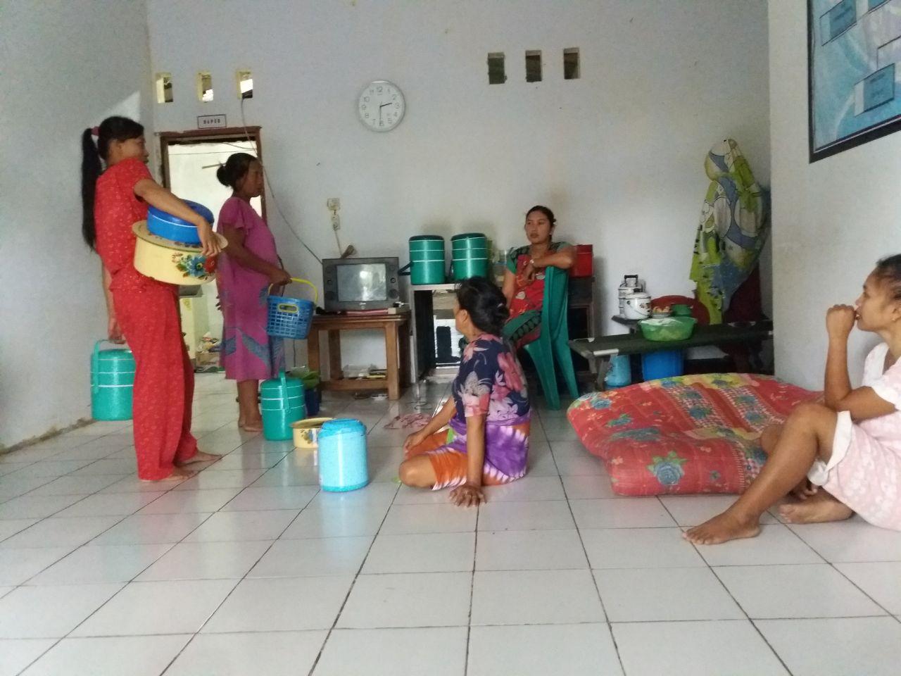 Dikala Laki-laki Membantu Satgas TMMD ke 104 Ta 2019 Kodim Bone, Ini Dilakukan Para Ibu
