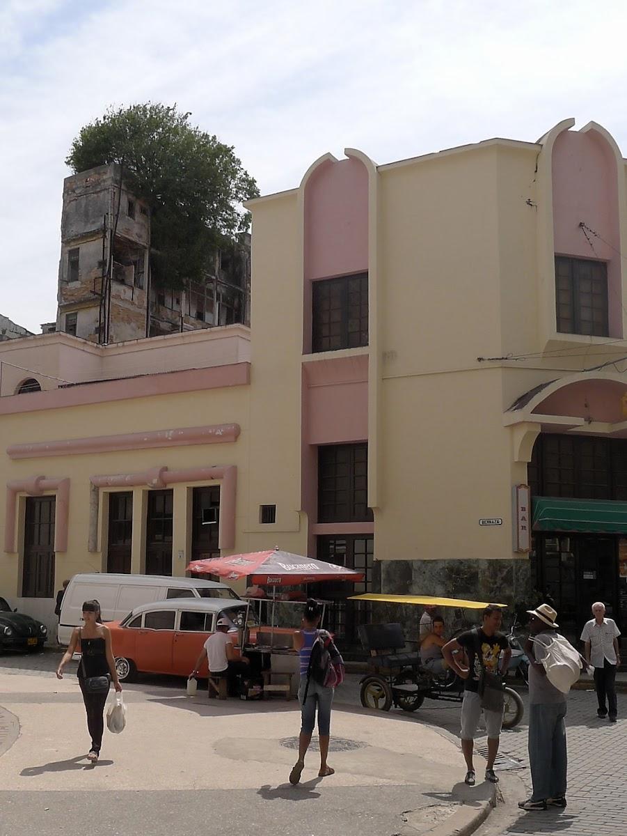 Bar Floridita, davor Straßenhändler auf Obispo