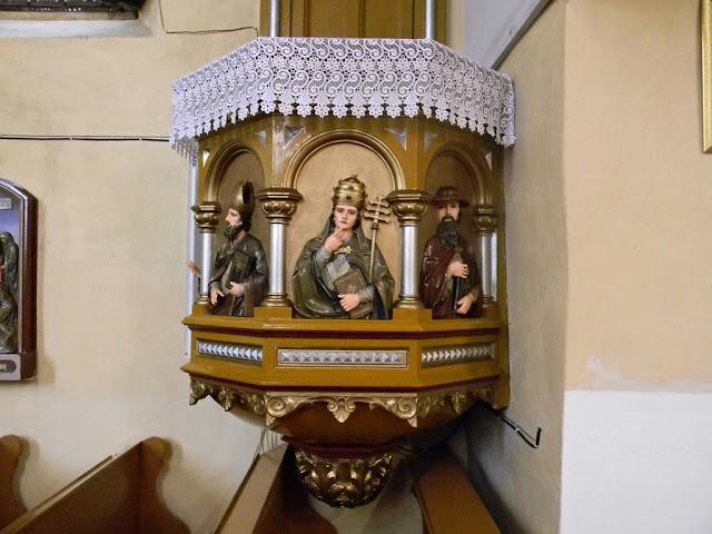 Rzeźbiona ambona w Kłobuczynie.