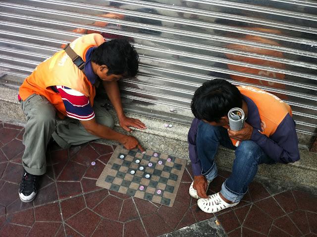 Dos taxistas de moto-taxis jugando en la calle
