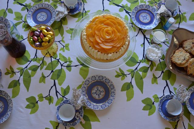 Täytekakku ja syntymäpäivien kahvipöytä