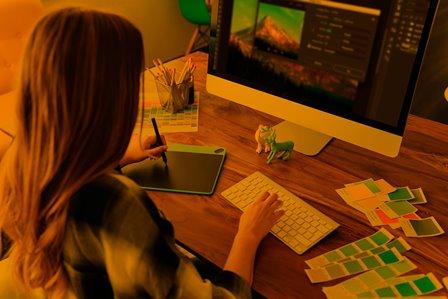 動画の編集をする外国人女性