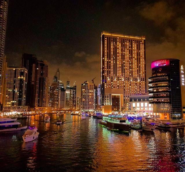 Dubai, quartiere Dubai Marina in notturna