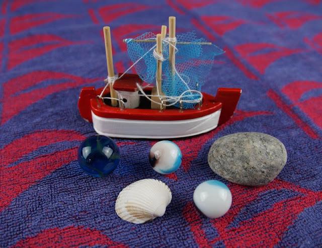Spiele-Idee für den Kindergeburtstag: Die Murmel-Schatzsuche im Matschbad. Kinder und kleine Piraten lieben bunte Murmeln, sie eignen sich toll als Schatz!