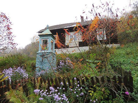 Stary dom i kapliczka.