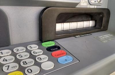 cashskimmercloseup 580x378 - Krebs on Security ci ricorda cosa guardare in uno sportello bancario ATM