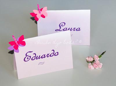 Marcasitios personalizados con mariposas de cartulina y pinzas de colores