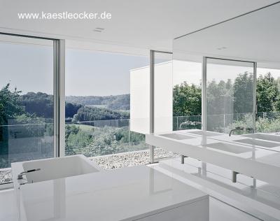 Baño de estilo Minimalista en la moderna casa alemana de Stuttgart