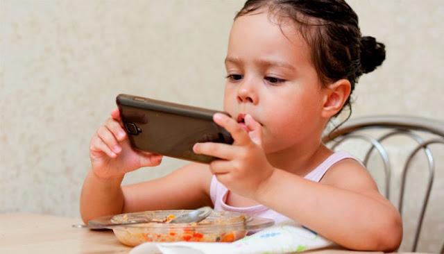 ALERTA: Crianças até 01 anos não devem ver telas e evitar o uso até 05 anos, diz OMS