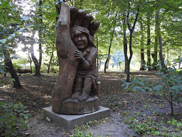 dłoń w którym znajduje się dziecko w parku w Lubniewicach