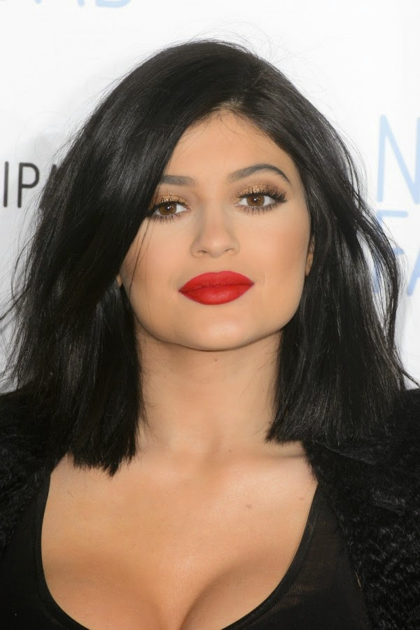 Kylie Jenner Spends FORTY MINUTES Making Up Her Lips