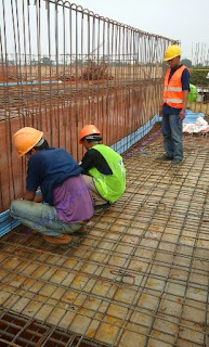 waterstop pvc memiliki daya lenturan yang baik seperti karet dan dipasang pada sambungan beton yang rapat atau mempunyai celah