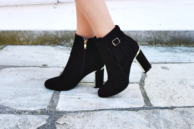 Fashion Mark brown suede fringe booties with gold decoration.Braon cizmice od prevrnute koze.