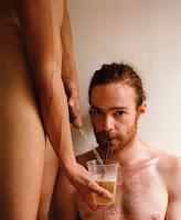 homem gay tomando mijo direto da fonte
