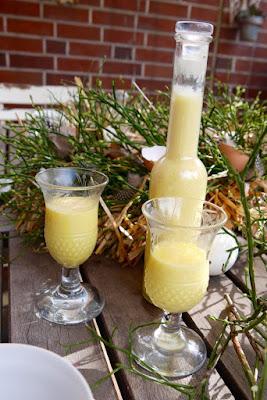 Lecker selbstgemachter Eierlikör schmeckt wie Vanillepudding. Homemade!