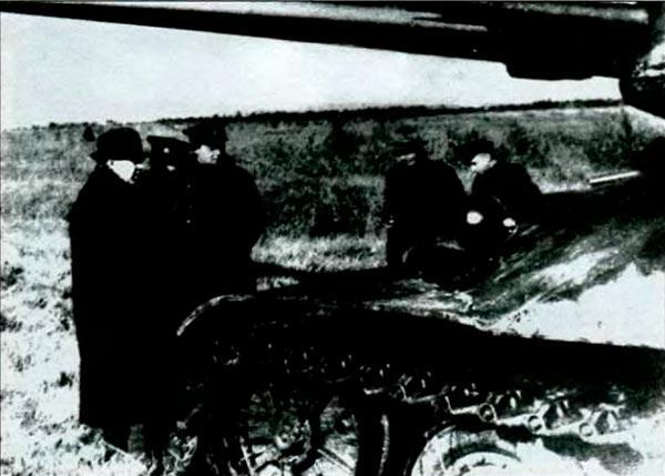 Члены комиссии, представители ГБТУ и МИНТРАНСМАШ осматривают опытный танк ИС-7. 1947 г.