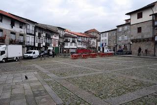 place Sao Tiago avec son bel alignement de maisons médiévales