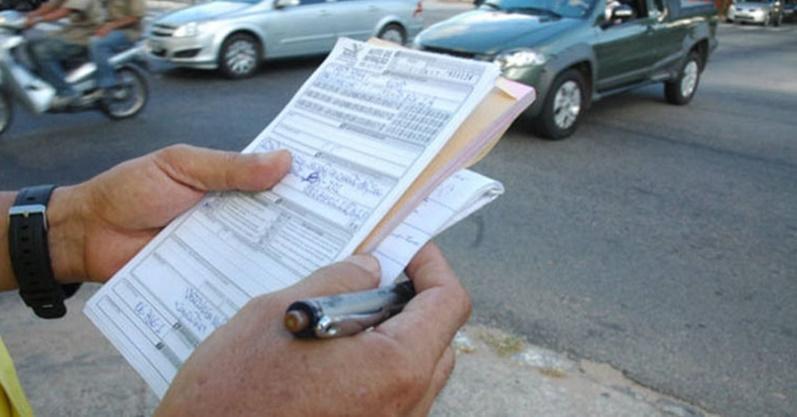 Figura 3 Agente de trânsito aplica multa por recusa ao teste bafômetro