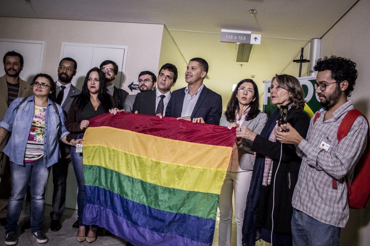 Ativistas LGBT vão ao Ministério Público para reverter decisão da Câmara do DF