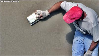 pedreiro fazendo reboco de parede