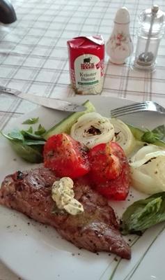 Fleisch mit Grillgemüse und Kräuterbutter