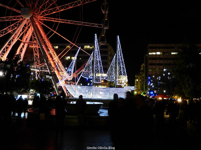 świąteczny statek,  podświetlony na czerwono diabelski młyn, Plac Syntagma Grecja