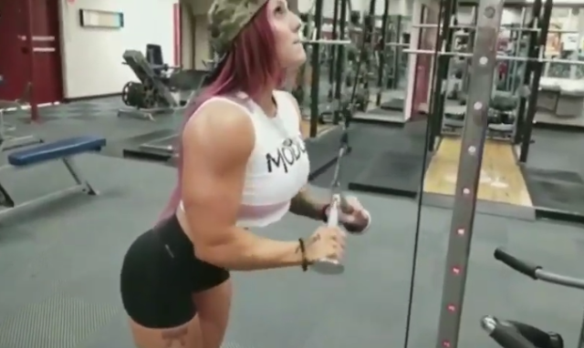 Clip Stunning American female bodybuilder posing in the gym