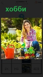 девушка занимается хобби, сажает цветы в землю из горшков