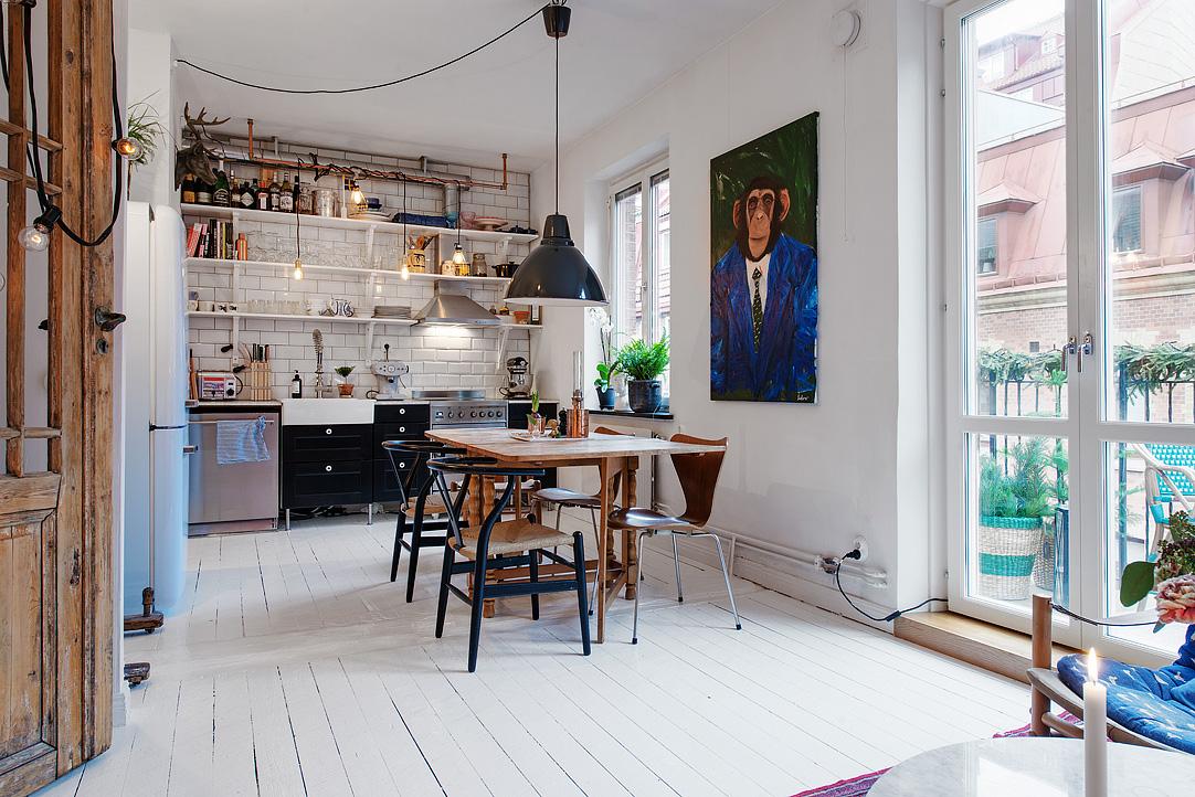 biała kuchnia, czarna kuchnia, kafelki metro, białe płytki metro, półki w kuchni, półki zamiast szafek w kuchni, lampy żarówki, duża lampa nad stołem