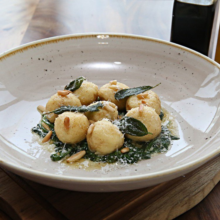Ricotta balls with spinach and cream