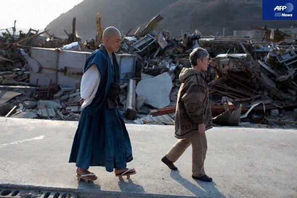 記録 震災: 被災地で祈りを捧げる僧侶たち 東日本大震災で被災した宮城...  被災地で祈りを捧